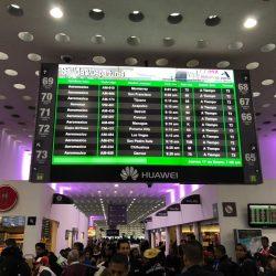 Painel eletrônico da Huawei. Foto tirada por mim no Aeroporto Internacional do México, quando estava retornando dos Estados Unidos para o Brasil.